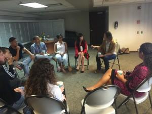 Estudiantes junto a la Lcda. Ana María Hernandez y la decana Adi Martinez Román participando del conversatorio.